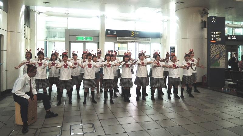 高鐵左營站慶耶誕 歌聲歡樂報佳音