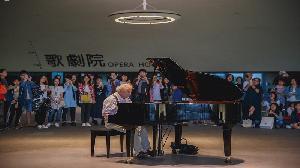 鋼琴怪傑烏果斯基衛武營公共鋼琴即興演奏 民眾大呼過癮