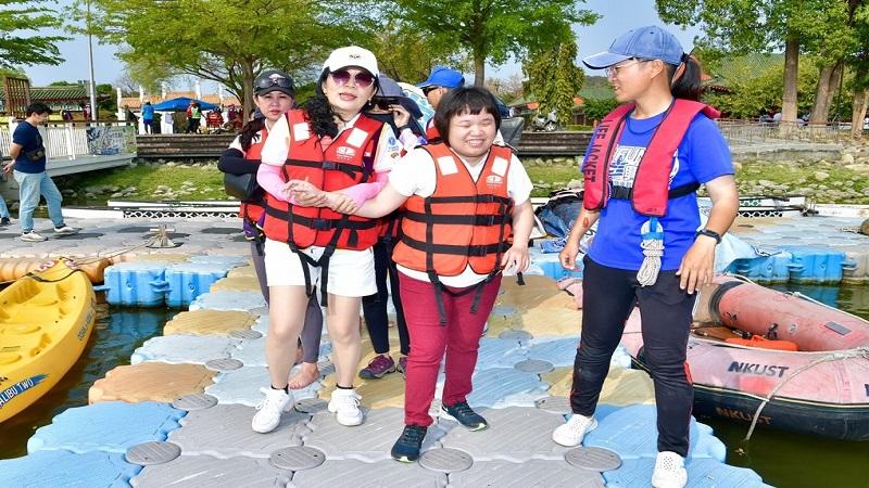 同濟傳eye共舟遊 用愛支持導盲犬上學設備捐贈計畫