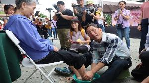 515國際家庭日表揚25組慈孝家庭楷模 300組親子「洗腳報親恩」
